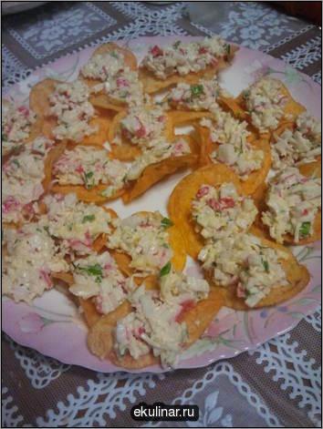 тортилья-чипсы с сальсой из редиса и томатов